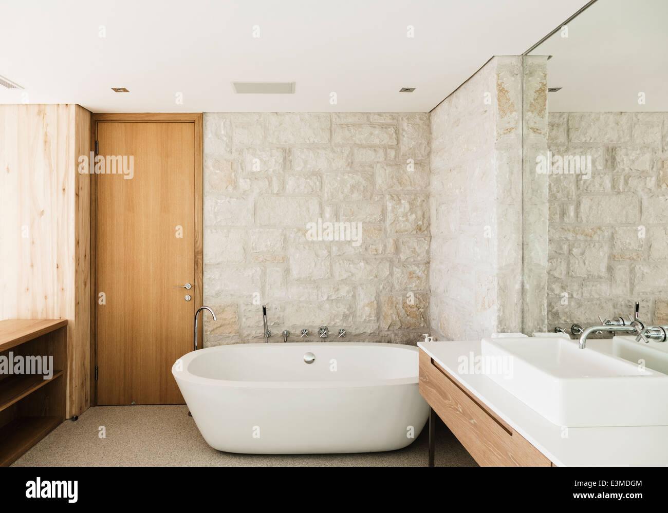 Wände aus Stein hinter Badewanne im modernen Badezimmer Stockfoto ...