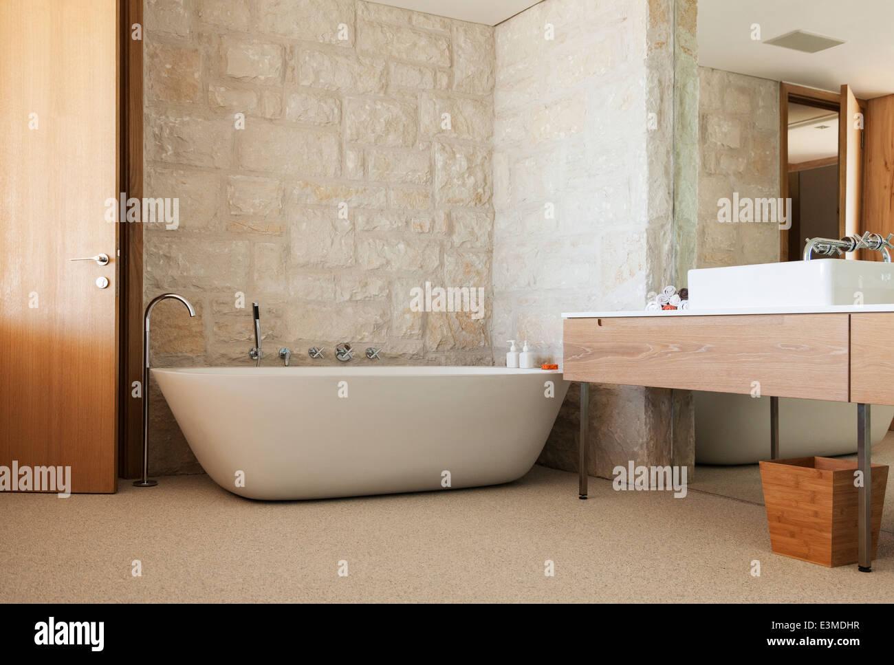 Steinwand hinter der Badewanne im modernen Badezimmer ...