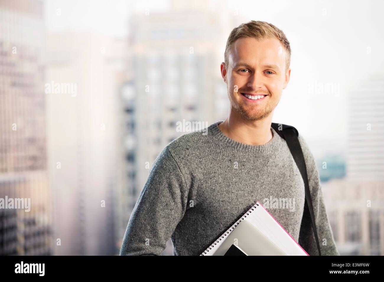 Porträt von lächelnden Geschäftsmann in städtischen Fenster Stockbild