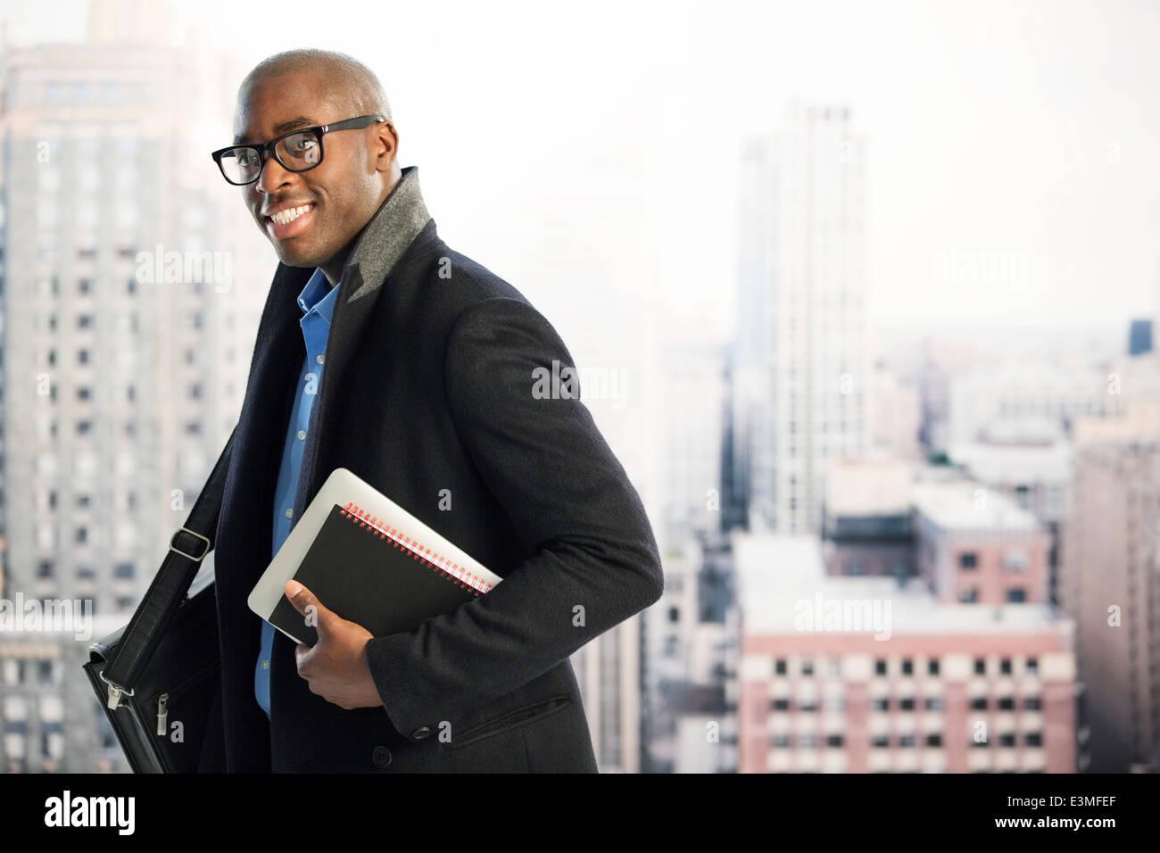 Porträt der Geschäftsmann im städtischen Fenster Stockbild