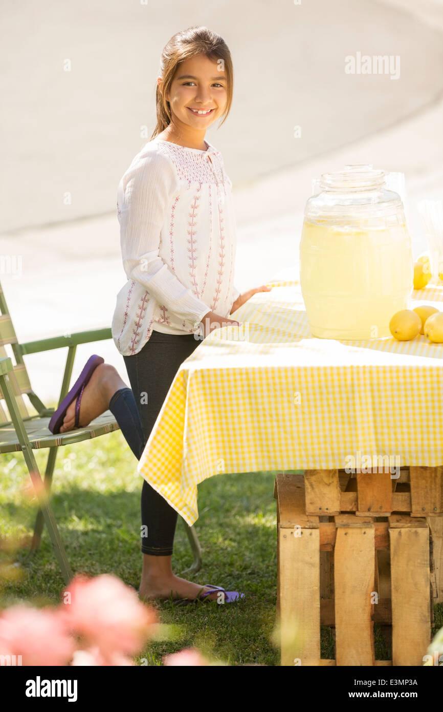 Porträt von lächelnden Mädchen arbeiten Limonadenstand Stockbild