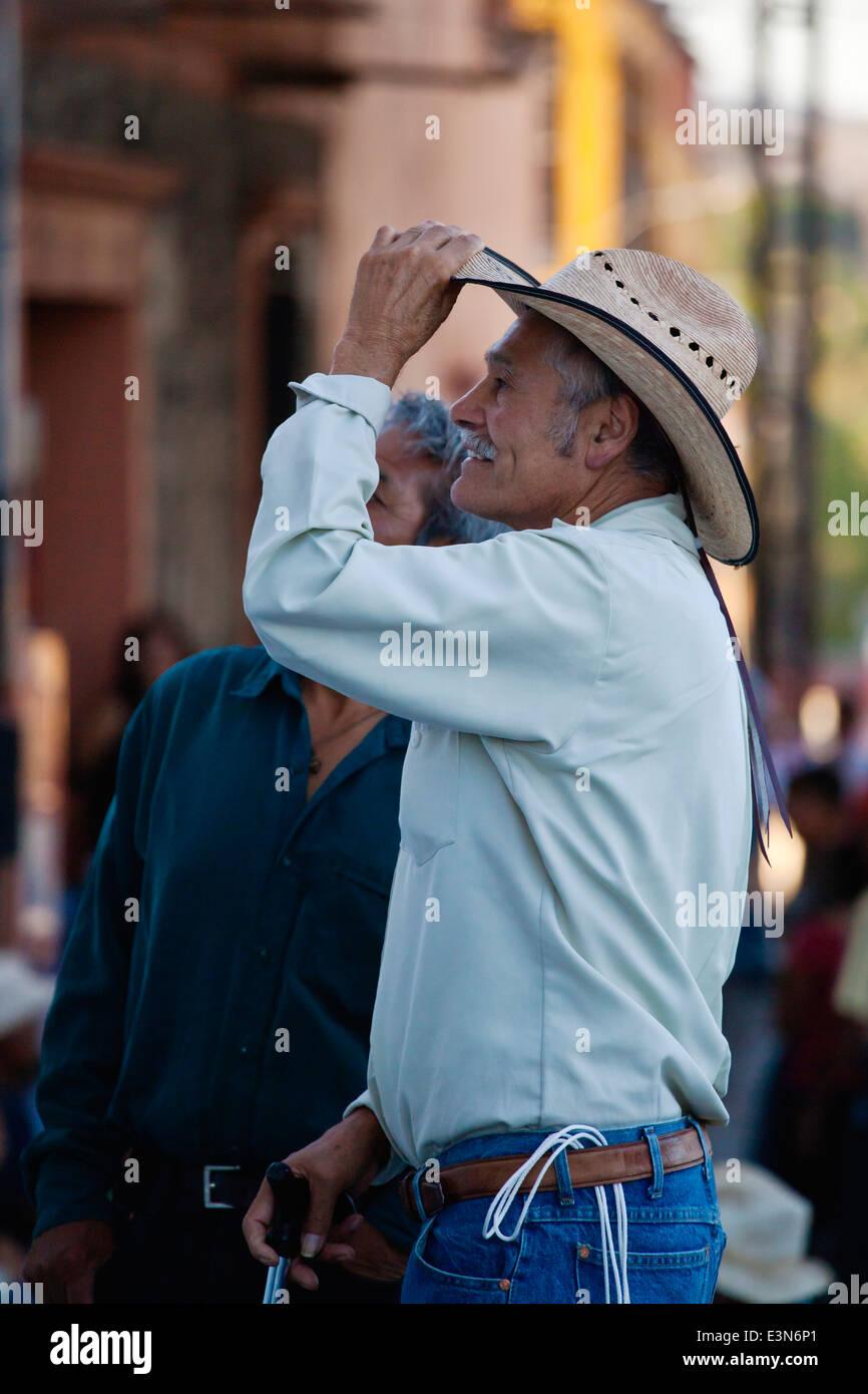 Ein COWBOY bei der DIA DE LOS LOCOS (DAY OF THE CRAZIES) Feier - SAN MIGUEL DE ALLENDE, GUANAJUATO, Mexiko Stockbild
