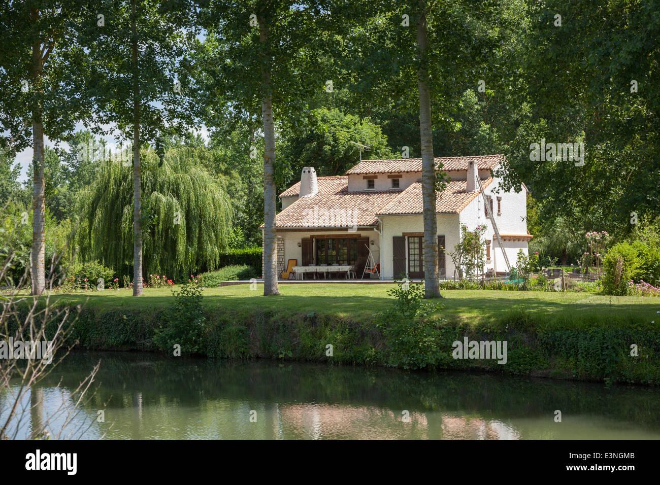 In der Nähe von Coulon (Frankreich), eine moderne Hütte vom Fluss ...