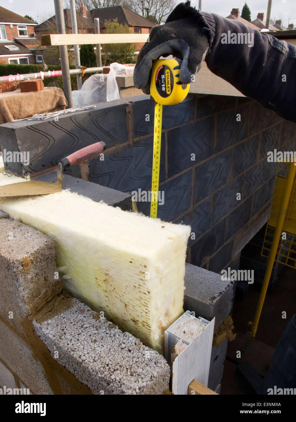 Selbstbau-Haus, Bauunternehmer, die Messung der Blockkurse um isolierte Fenster näher, Stockbild
