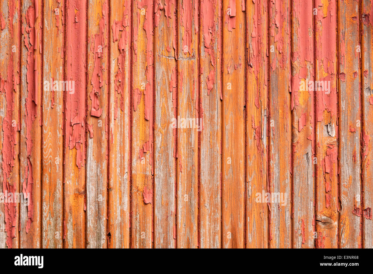 horizontale Bild der alten grau vertikalen Planken mit roten und orangenen Farbe verblassen Stockfoto