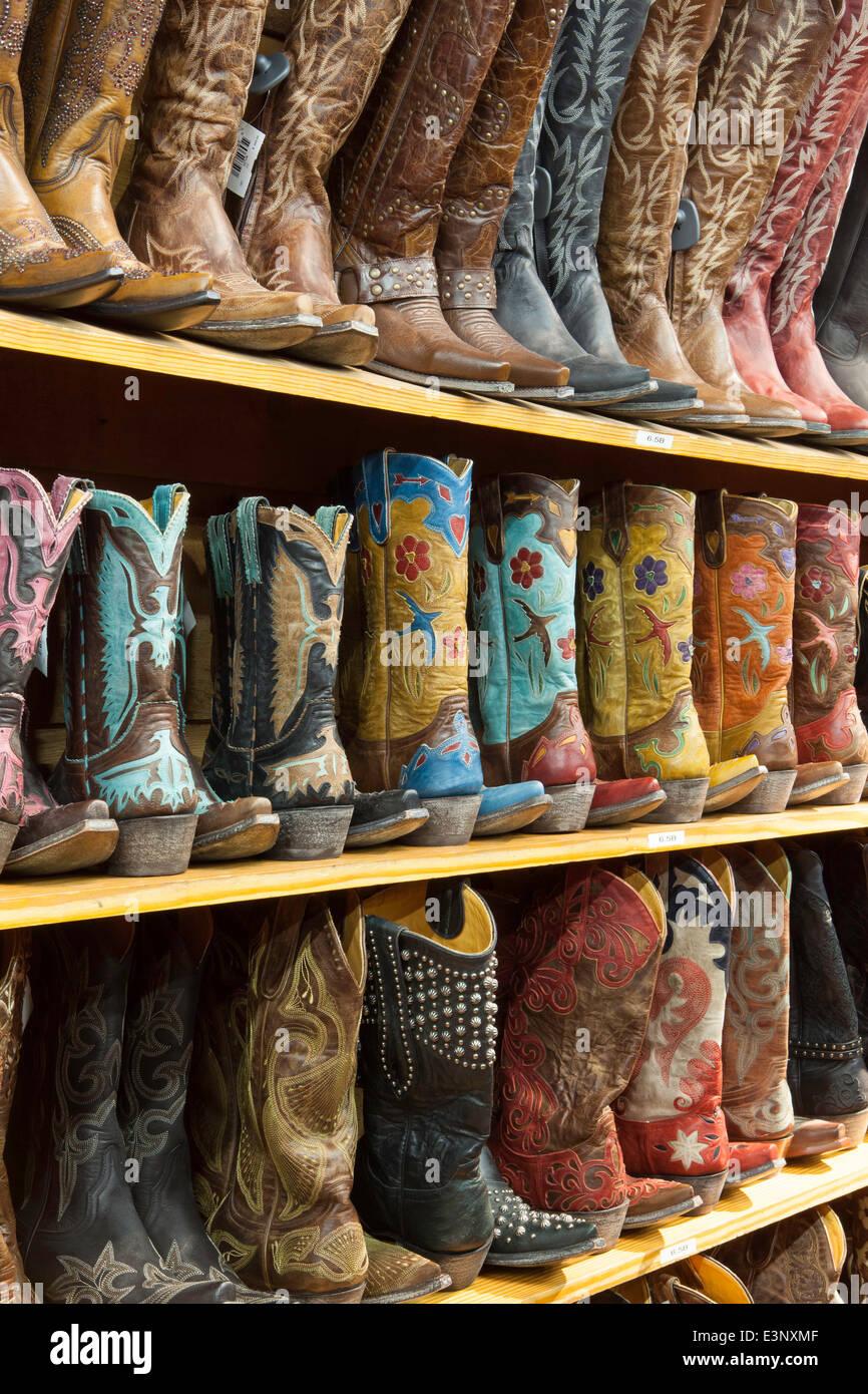 Cowboy-Stiefel in Regalen, Austin, Texas, Vereinigte Staaten von Amerika Stockbild