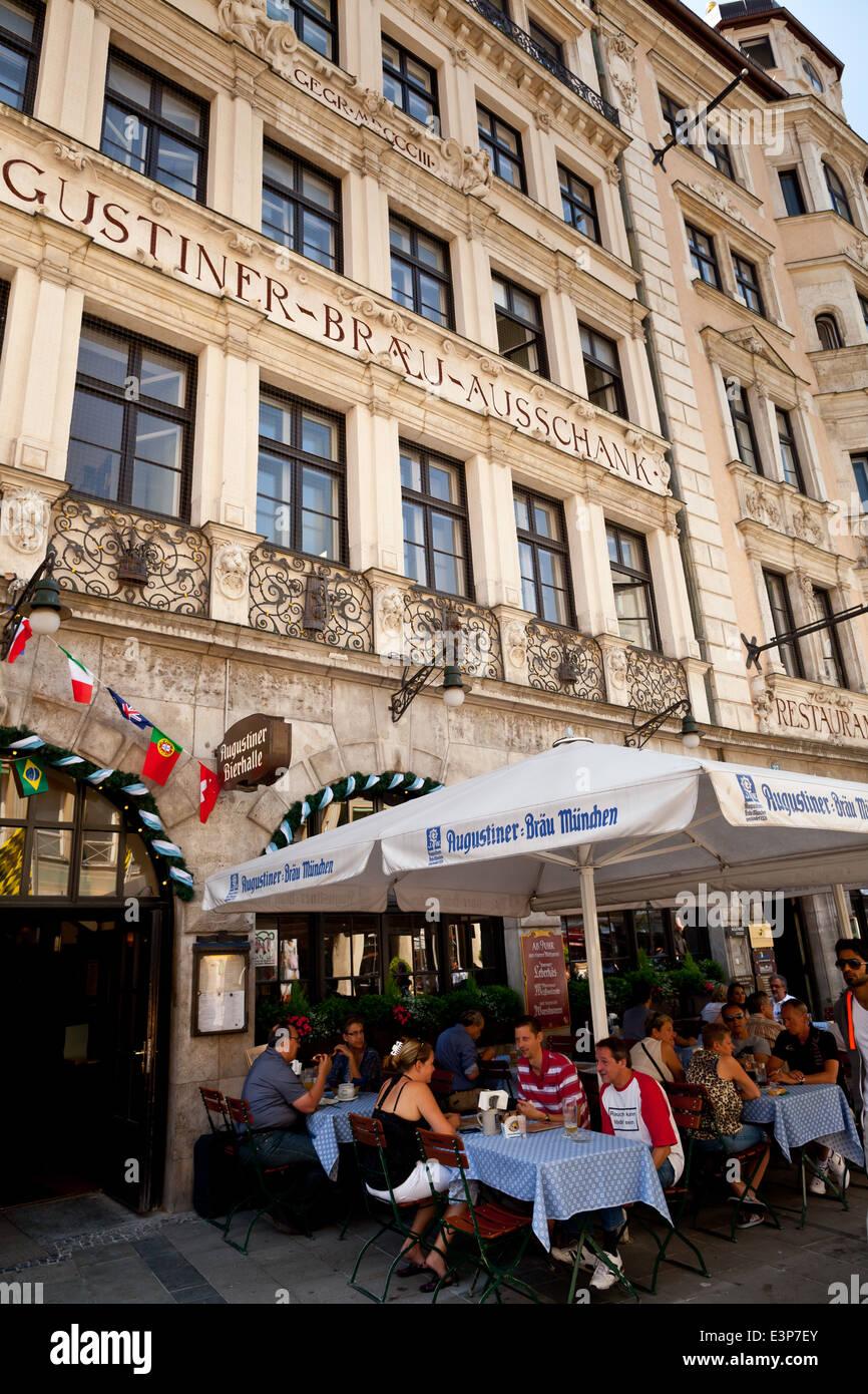 Munchen Augustiner Brau Pub Mit Biergarten In Der Neuhauser Strasse Munchen Bayern Deutschland Europa Stockfotografie Alamy