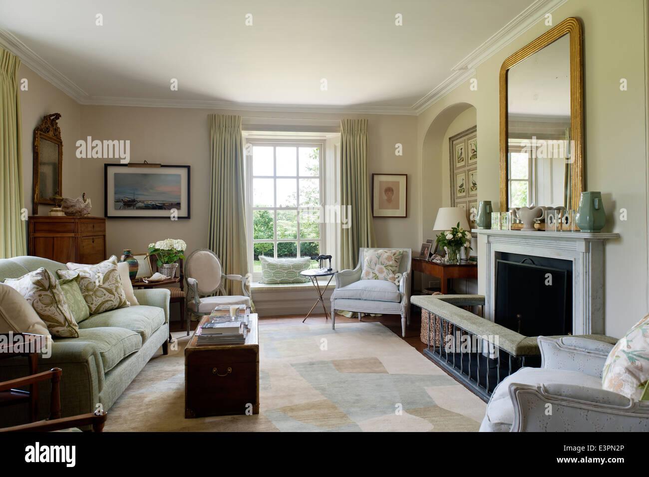 Eleganter Salon im String von Farrow & Ball mit Teppich von ...