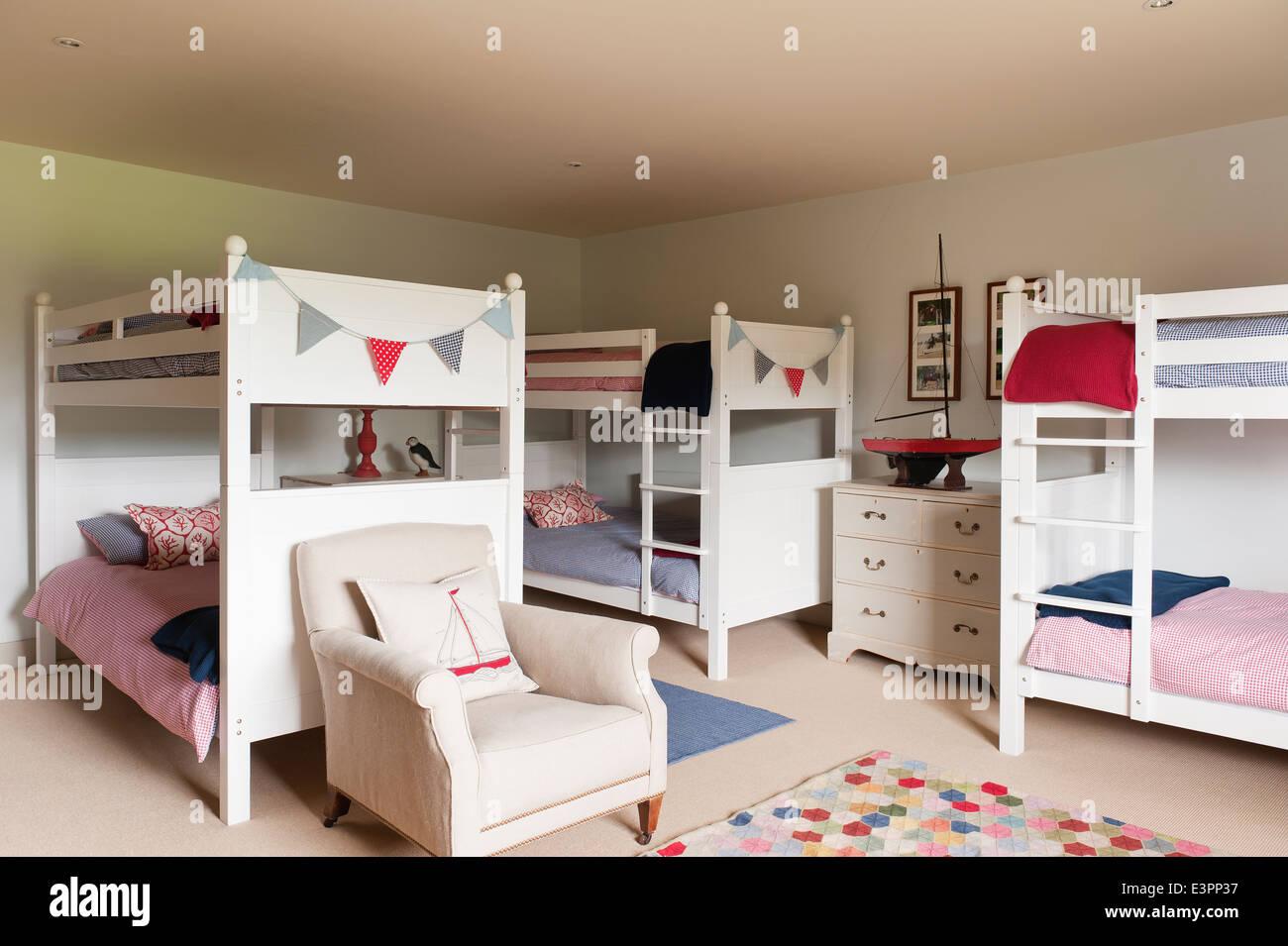 Etagenbett Holz Weiß : Weiße holz etagenbett im kinderschlafzimmer mit sessel und