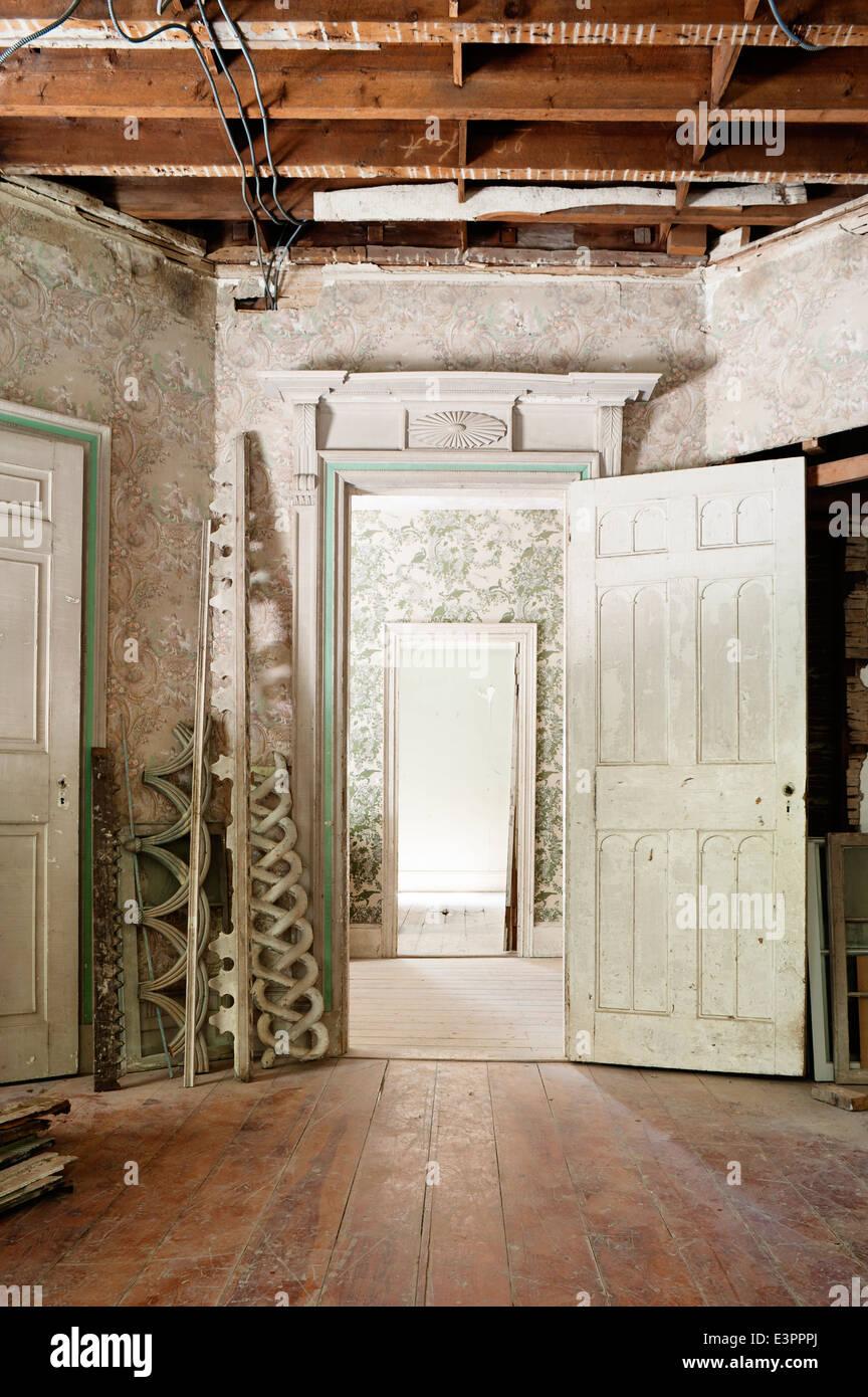 Superb Stücke Von Architektonischen Retten Im Historischen Raum Mit Peeling,  Tapeten, Zerkratzte Böden Und Offene Tür