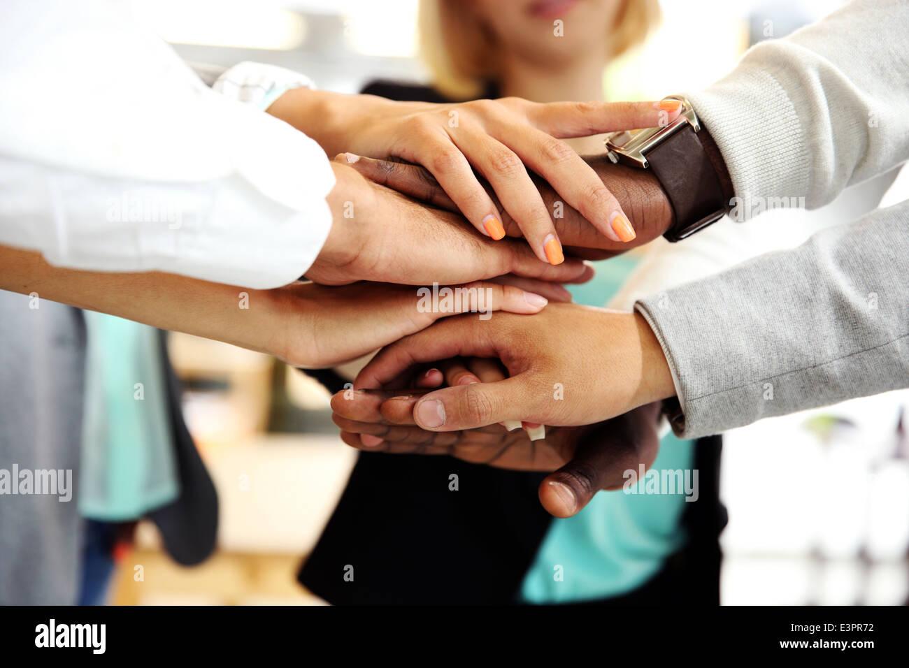 Geschäftsleute, die sich die Hand Stockbild