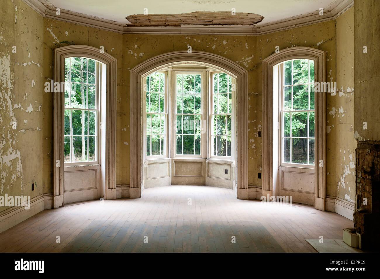 Superior Dreiteilige Fenster Im Leeren Raum Mit Peeling Tapete Und Beschädigte Decke