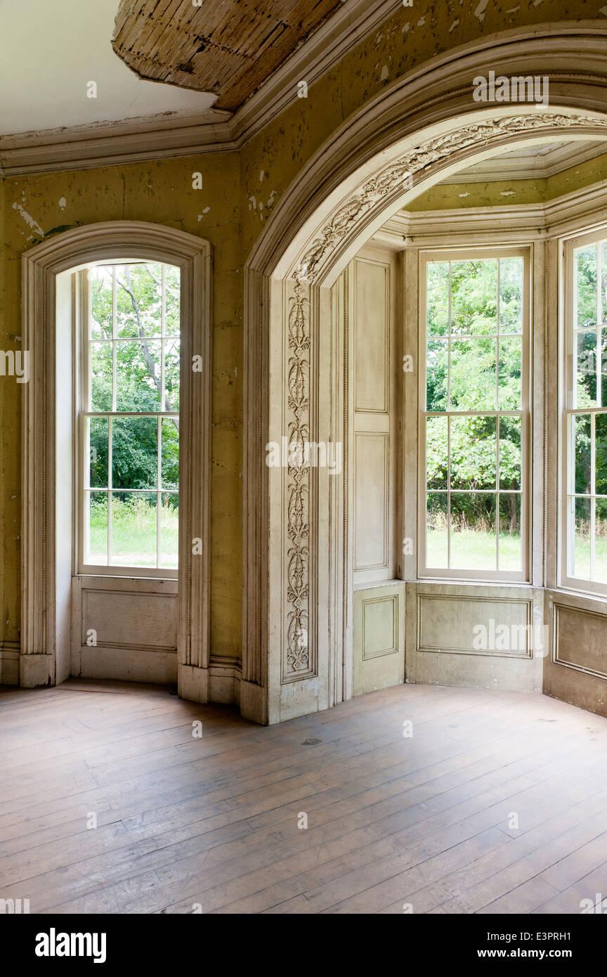 Dreiteilige Fenster Im Leeren Raum Mit Peeling Tapete Und Beschädigte Decke
