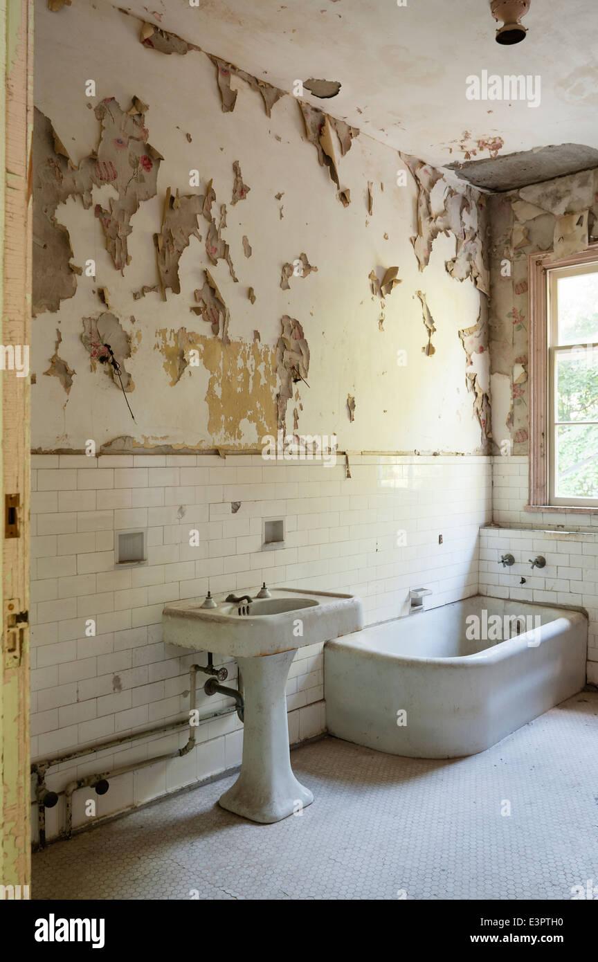 Altes Badezimmer Mit Zerrissenen Peeling Tapete Weisse Wand Fliesen