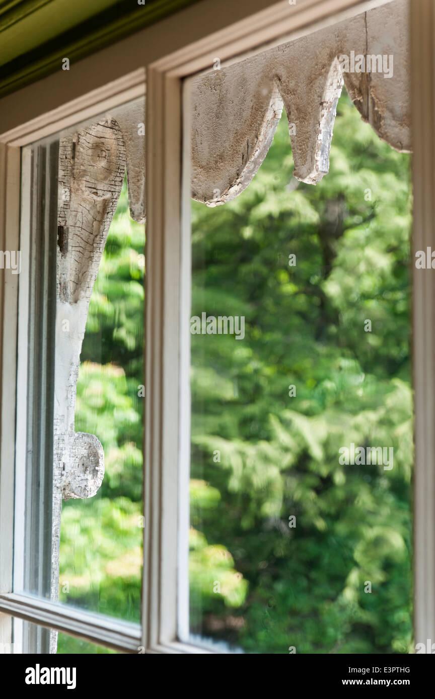 Blick durch Fenster, Fenster zum äußeren architektonischen detail Stockbild