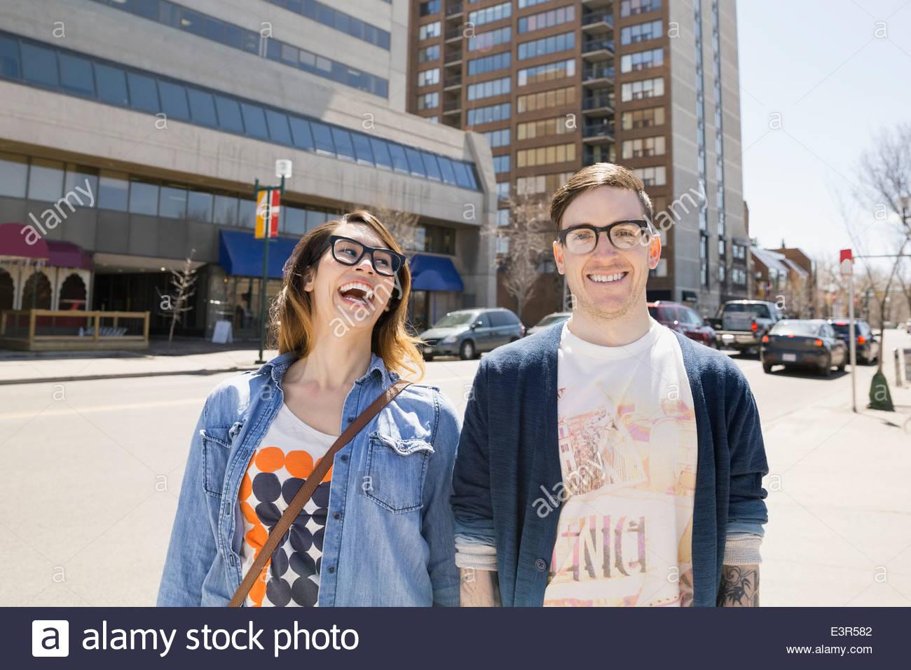 Hipster-paar Lachen auf der sonnigen urban street Stockbild