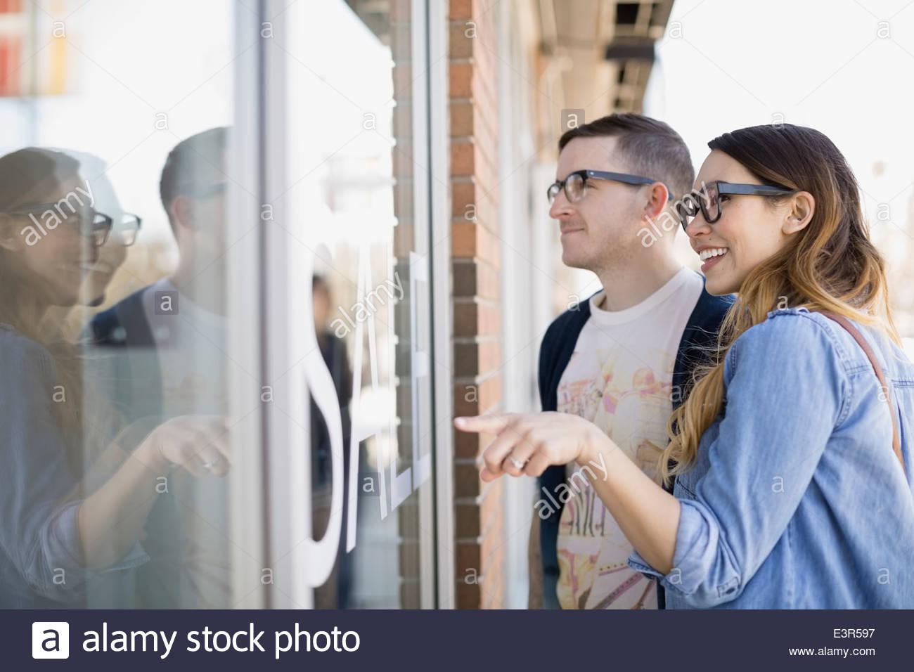 Hipster paar Schaufensterbummel am Schaufenster Stockbild