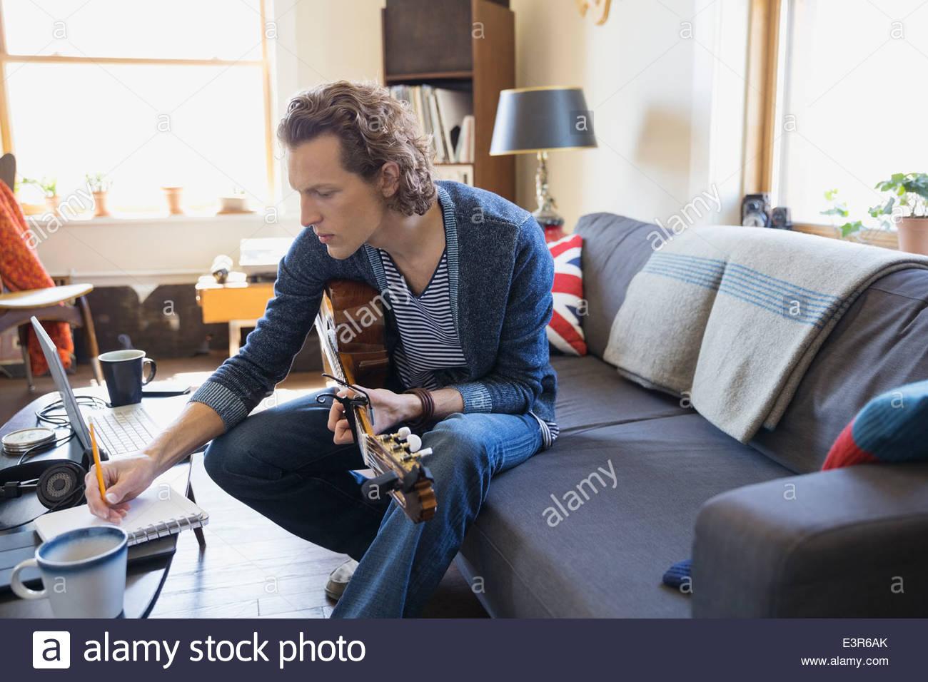 Musiker Mit Gitarre Musik Im Wohnzimmer Zu Schreiben