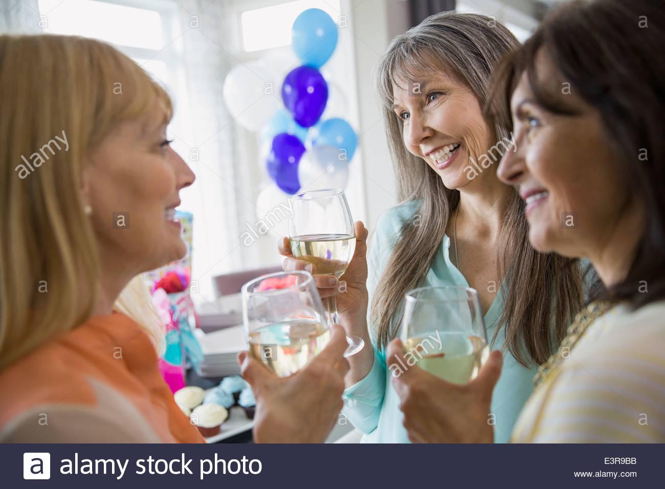 Frauen reden und trinken Weißwein auf party Stockbild