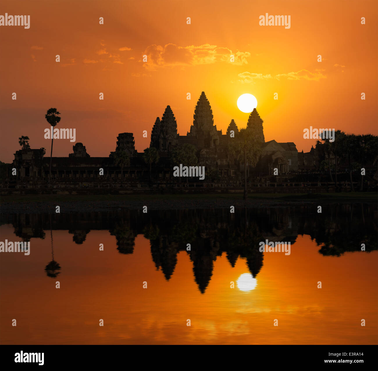 Kambodscha Angkor Wat mit Spiegelung im Wasser am Sonnenaufgang Wahrzeichen Stockbild