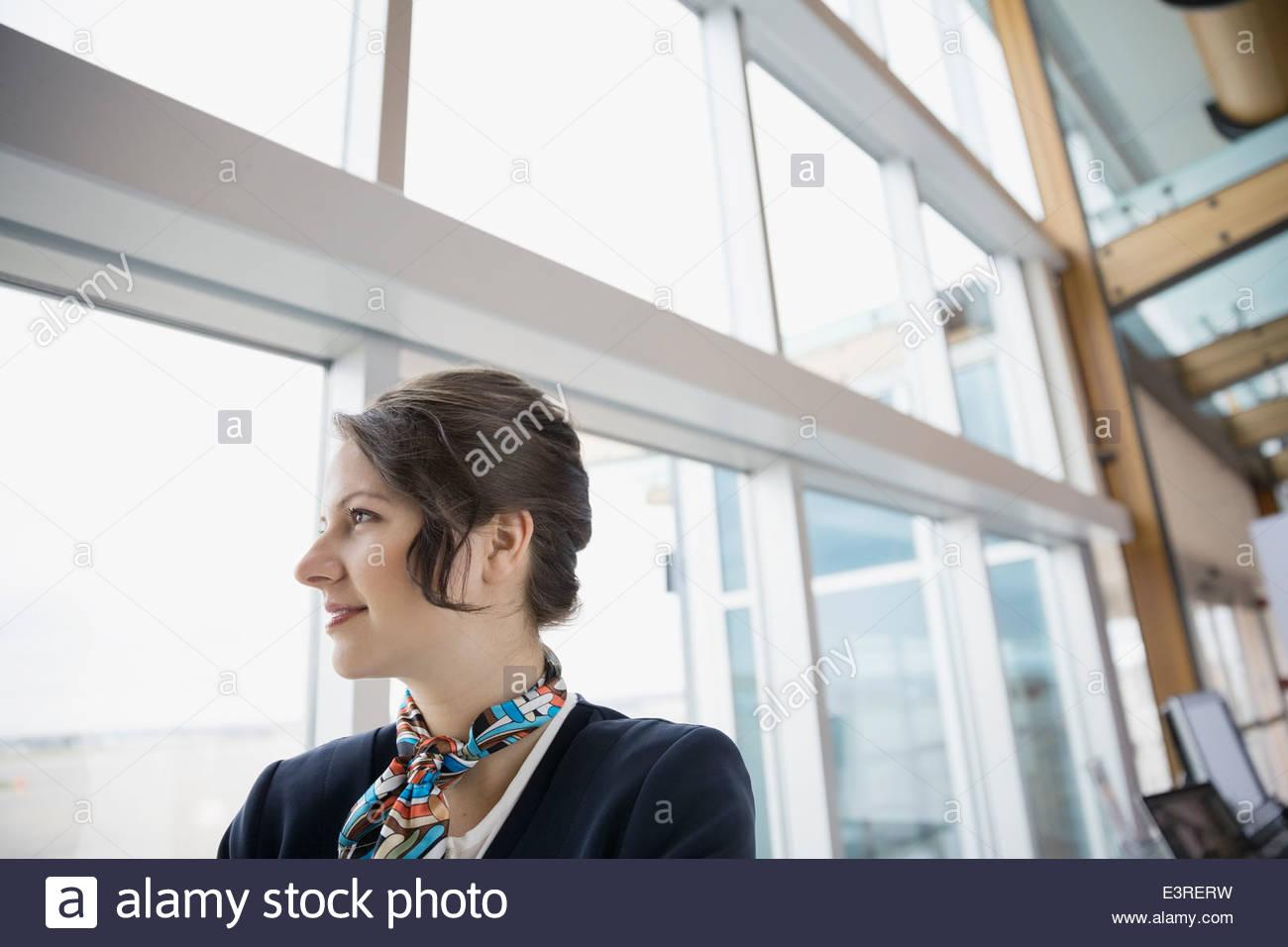 Flug Teilnahme suchen Flughafen Fenster Stockbild
