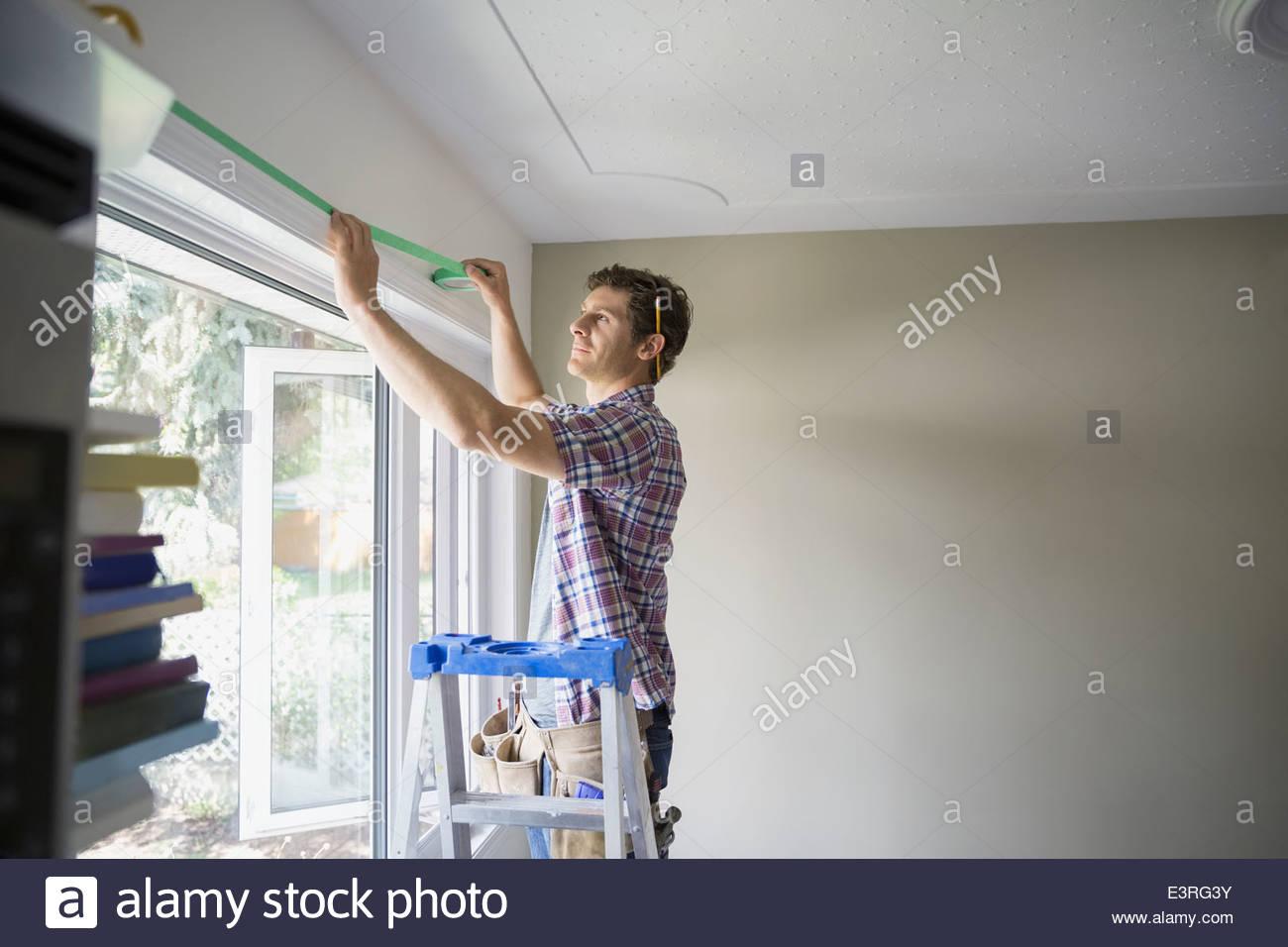 Mann zu malen durch Abkleben der Fenster Gehäuse vorbereiten Stockbild