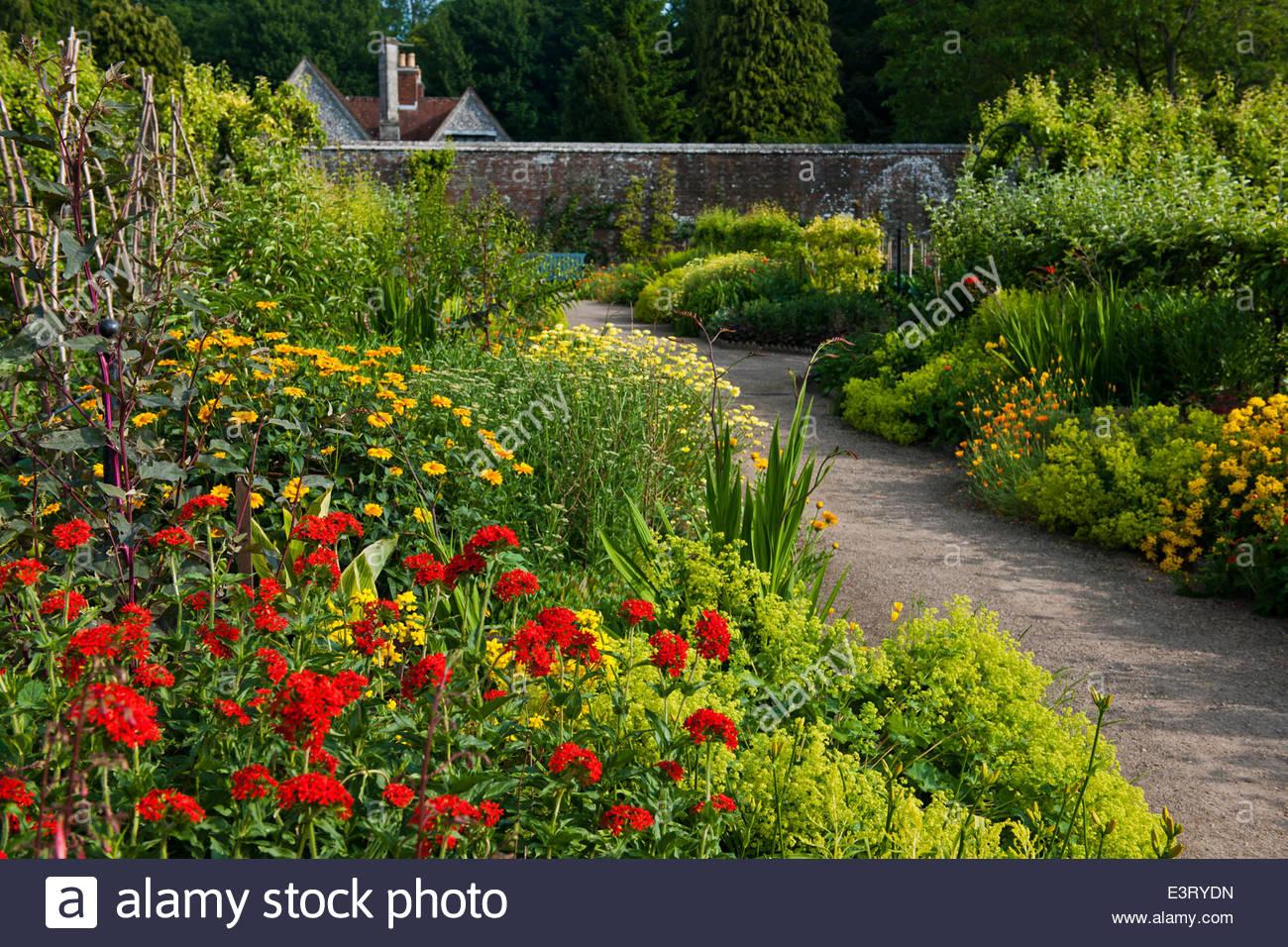 heiße warme Farbe Farbe, die Grenzen anzeigen gemischt Sommer Grenze West Dean Sussex Garten Juni ummauerten Stockbild