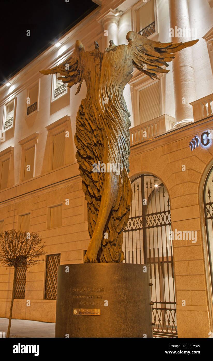"""BERGAMO - 26. Januar 2013: Moderne Statue """"Anima Mundi"""" - Seele der Welt von Ugo Riva. Stockbild"""
