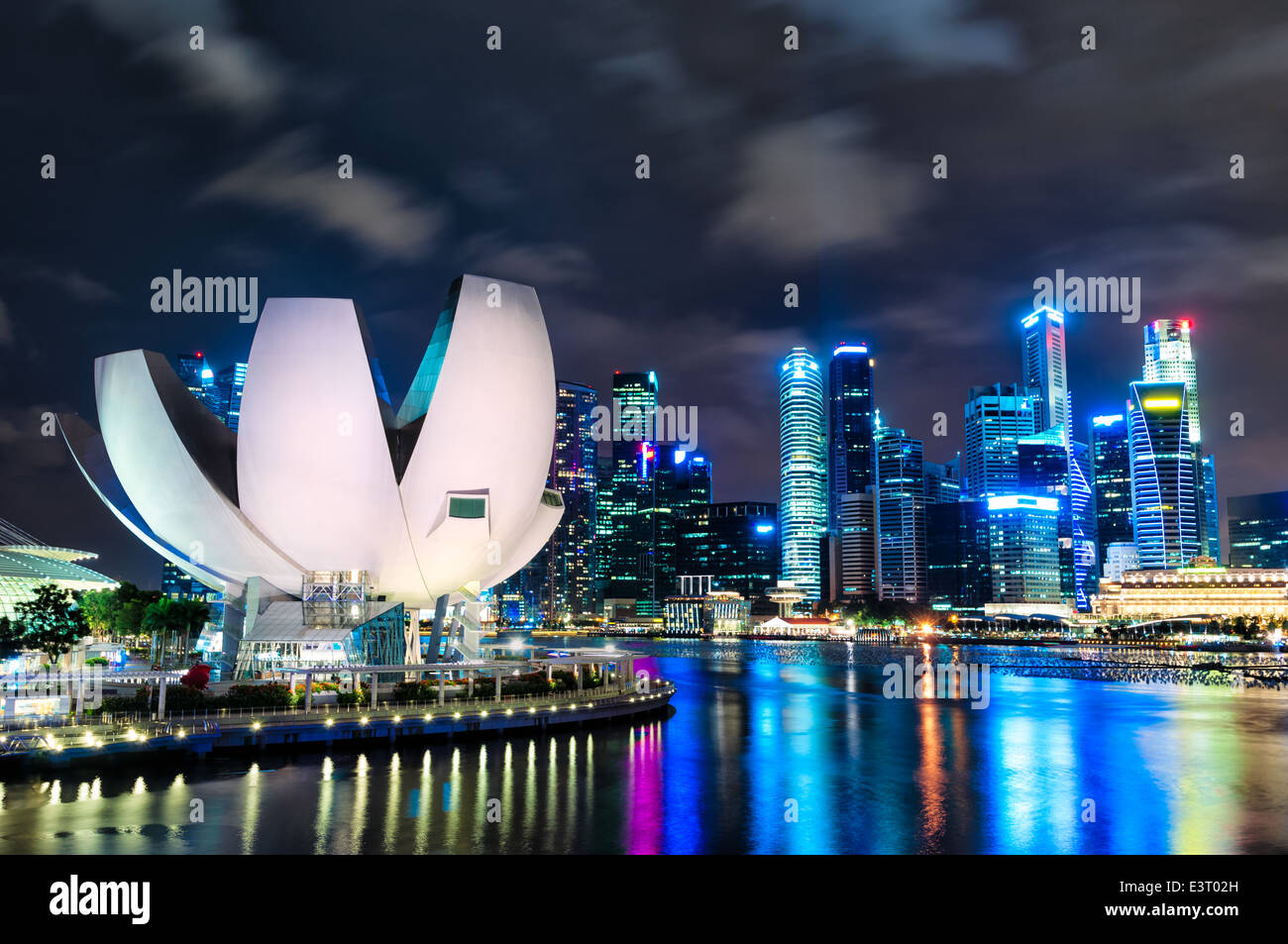 Die Skyline von Singapur in der Nacht mit dem ArtScience Museum im Vordergrund. Stockbild