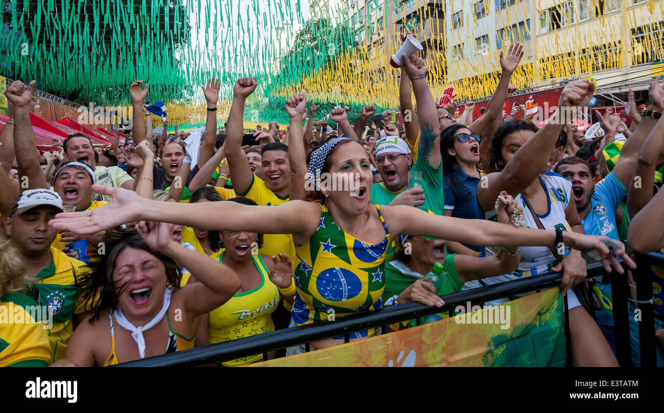 rio de janeiro 28 juni 2014 brasilianische fans feiern ein ziel gegen chile in der alzir o. Black Bedroom Furniture Sets. Home Design Ideas