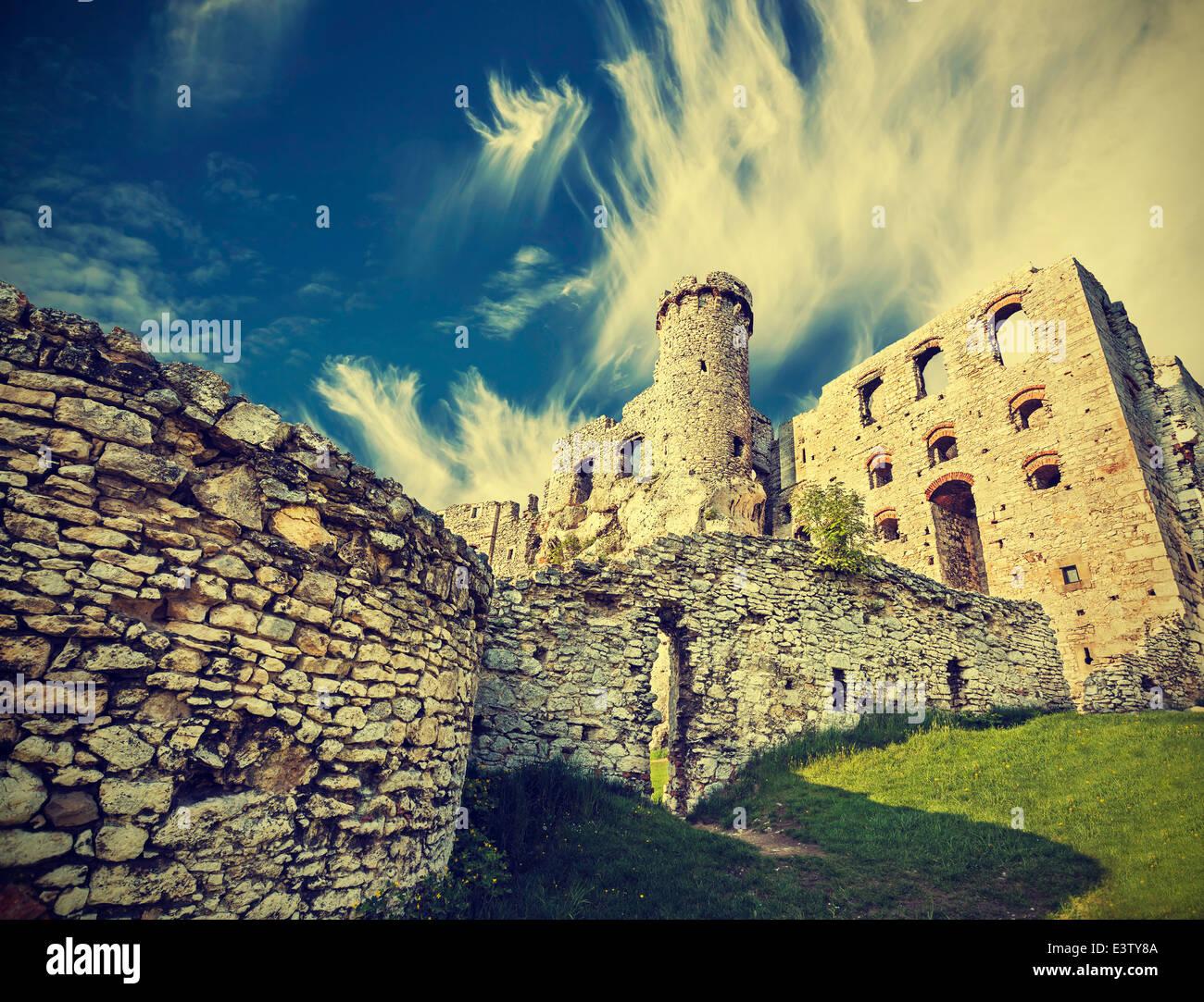 Vintage-Retro-Stil-Ruine der Burg. Stockbild