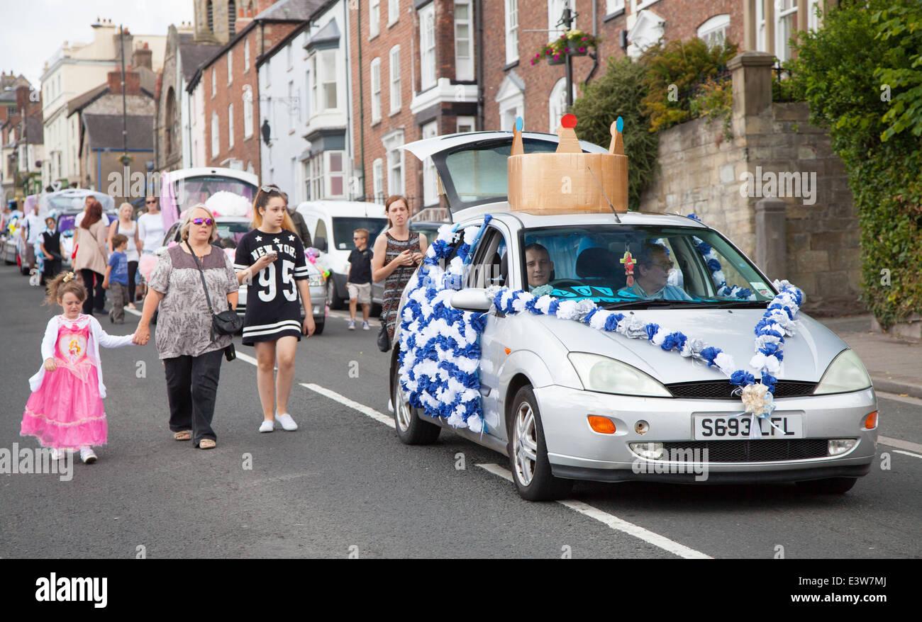 Auto dekoriert mit Papier Rosetten und Krone tragen Karneval Könige ...