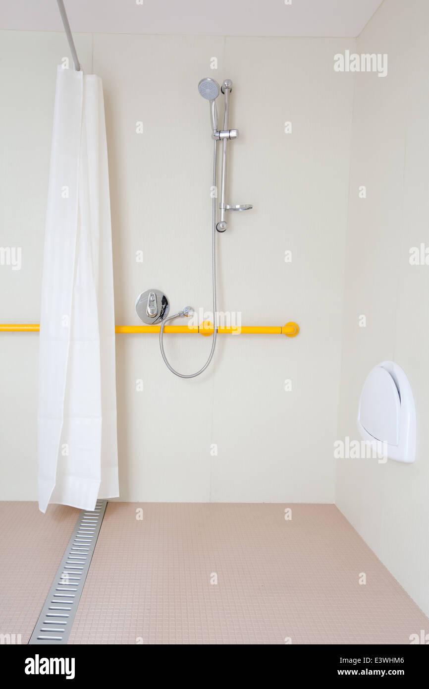 Behinderten Dusche mit Sitz und Schiene. mit weiß und Chrom ...