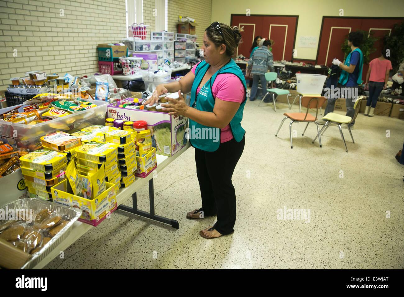 Freiwillige im katholischen Nächstenliebe Tierheim in McAllen, Texas. Welle von Einwanderern aus Mittelamerika Stockbild