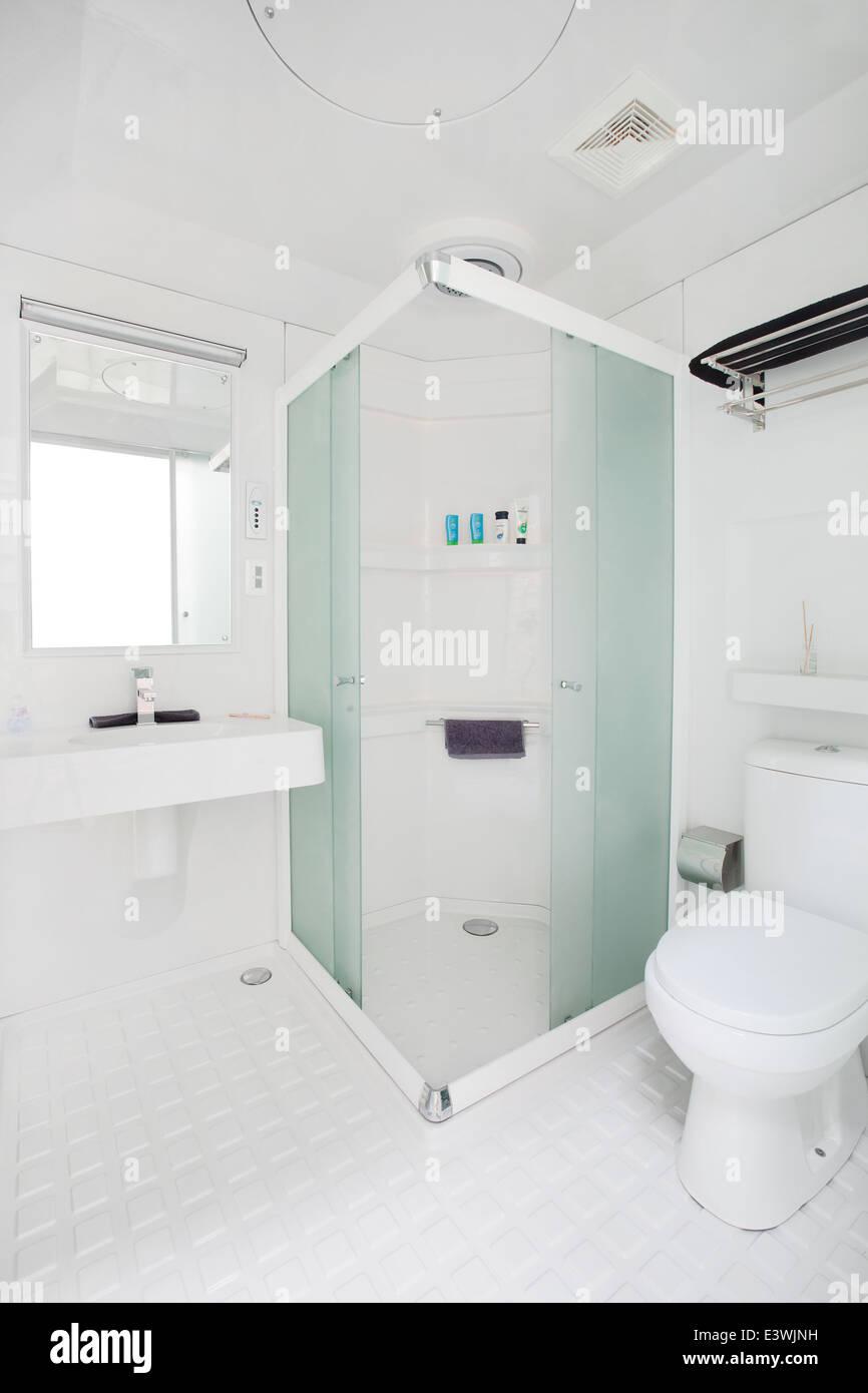 saubere kompakte moderne Badezimmer neue Werbung. einschließlich ...