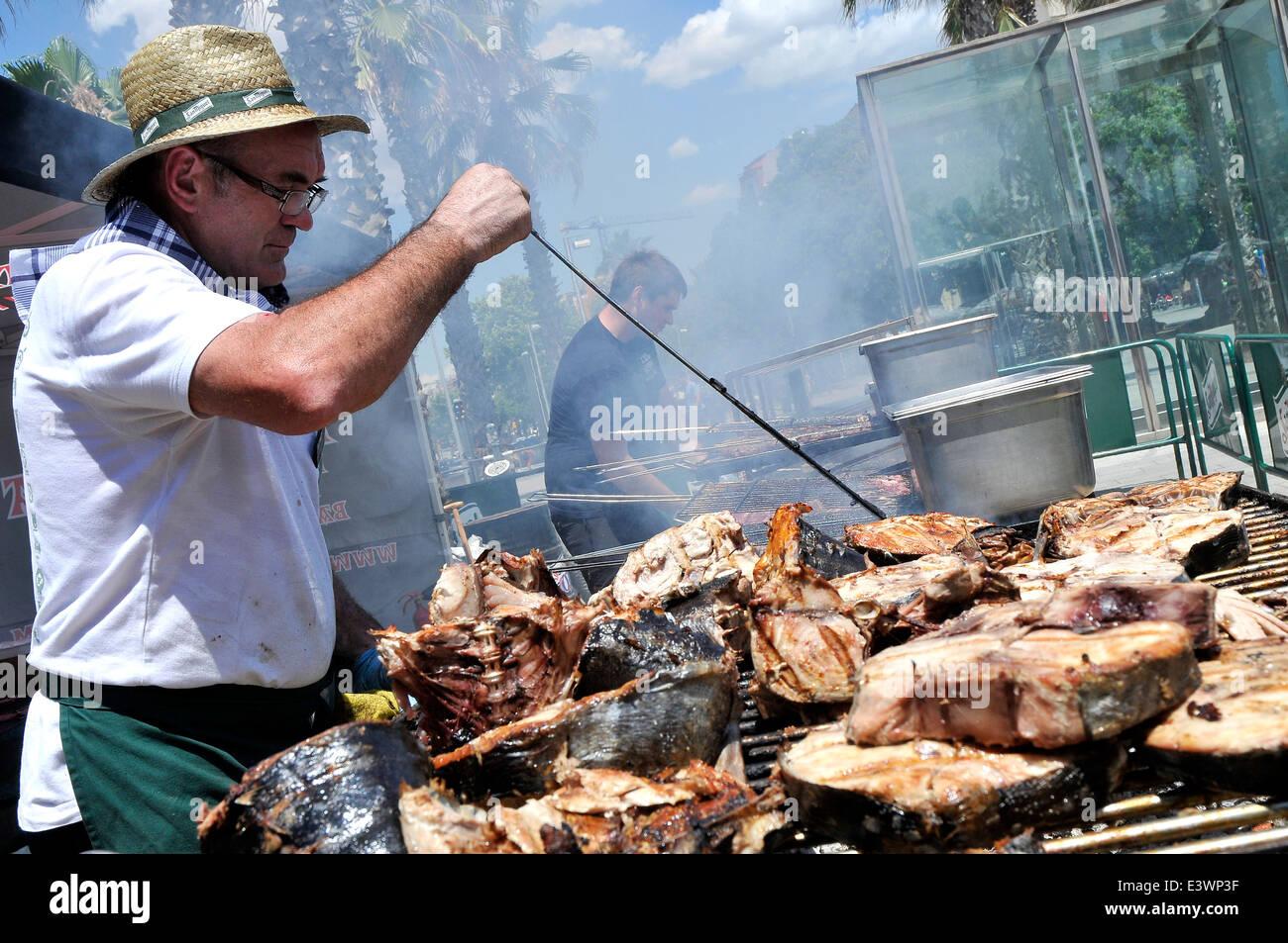 Mann, gegrillten Fisch auf der Straße für eine besondere Veranstaltung über Euskadi Nordspanien Land Stockbild