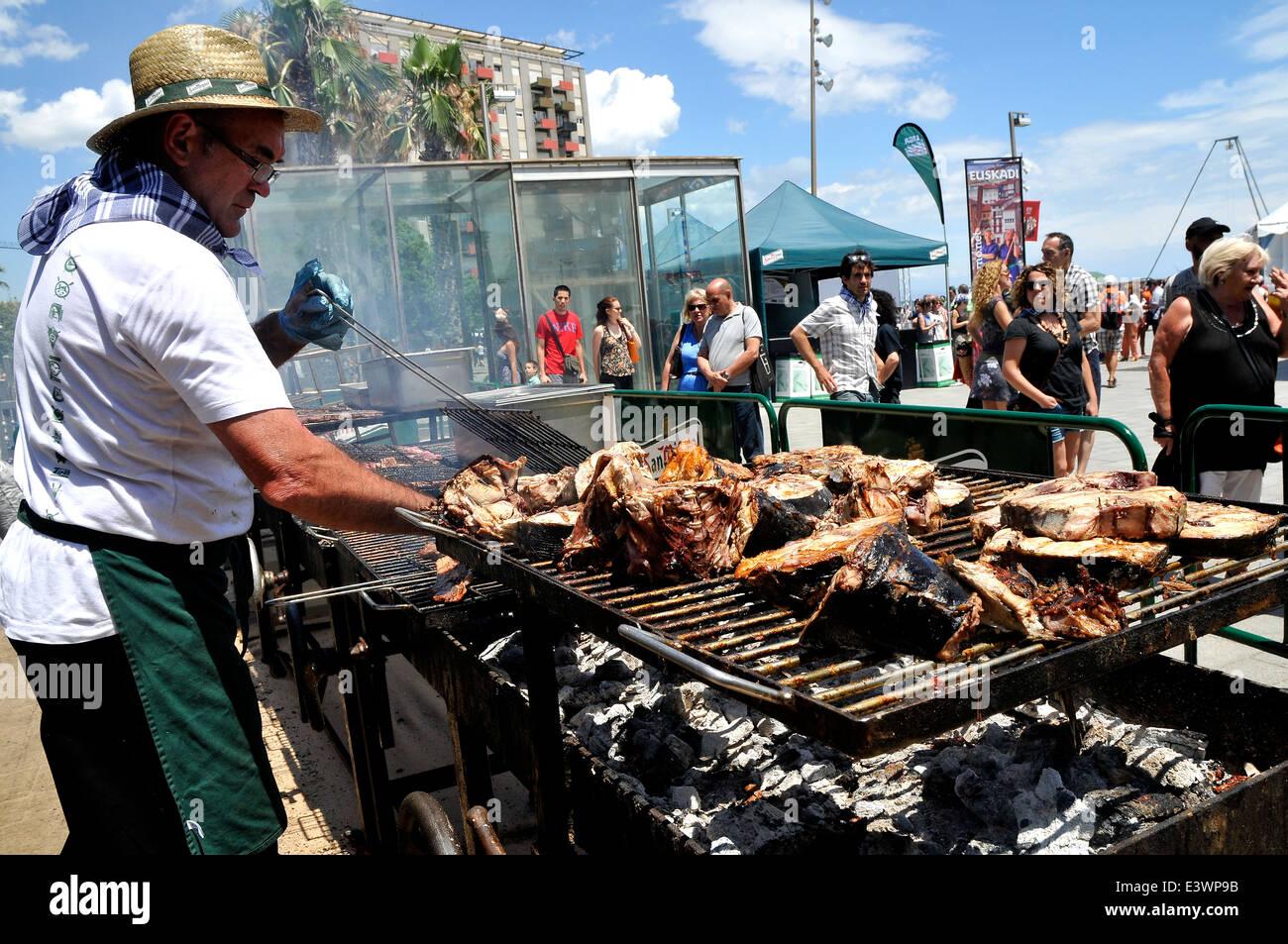 Man grillen Fisch vom Grill auf der Straße für eine besondere Veranstaltung über Euskadi Nordspanien Stockbild