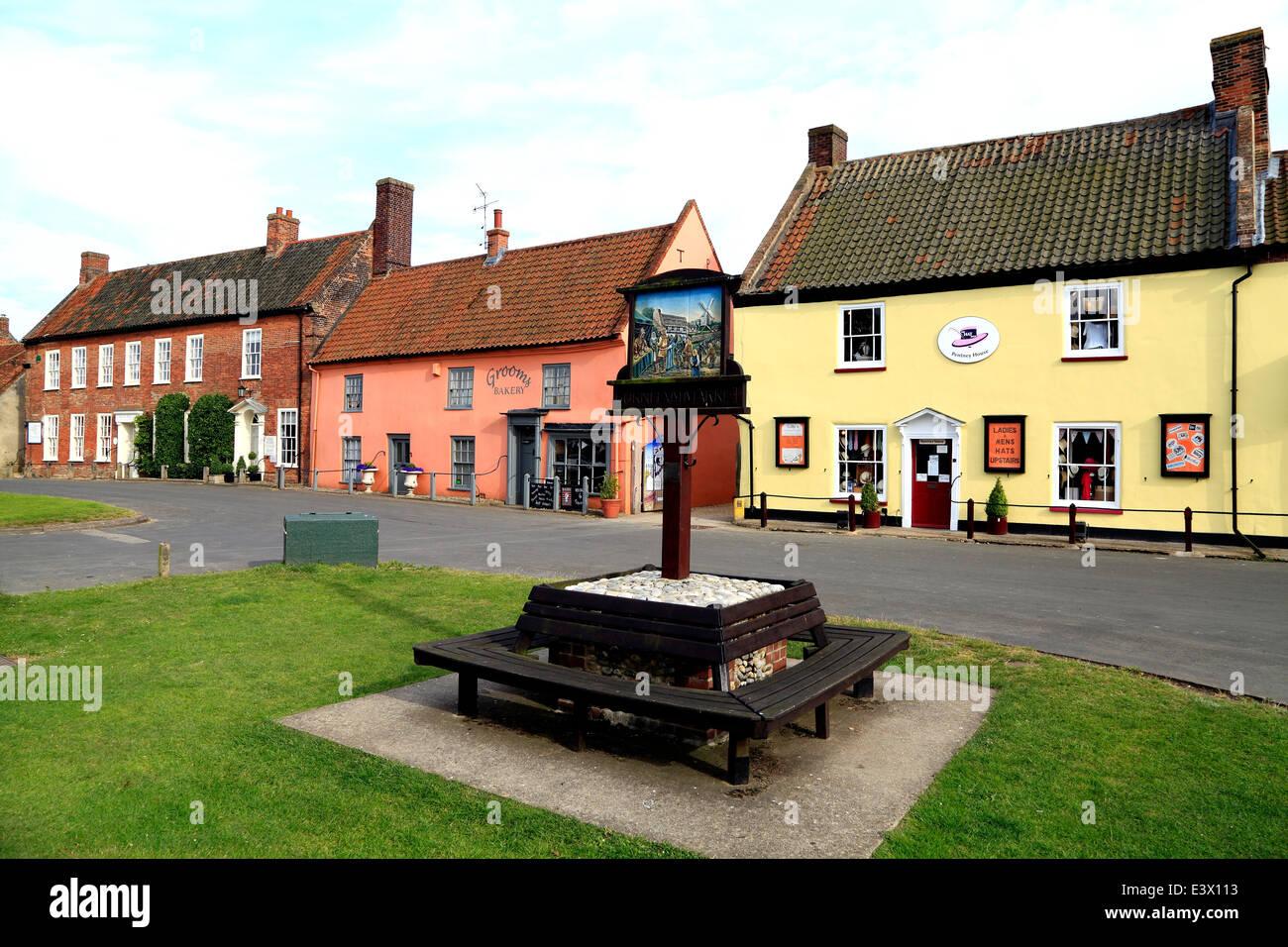 Burnham Market, georgianischen Gebäuden, Geschäfte, Shop The Green, Ortsschild Norfolk England UK Stockbild