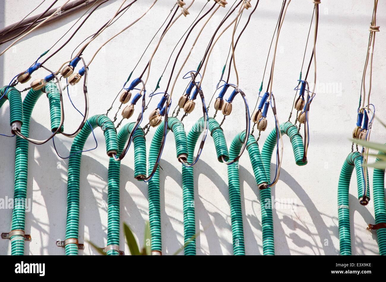 Strom Kabel auf Haus Wand in Asien, Indien Stockbild