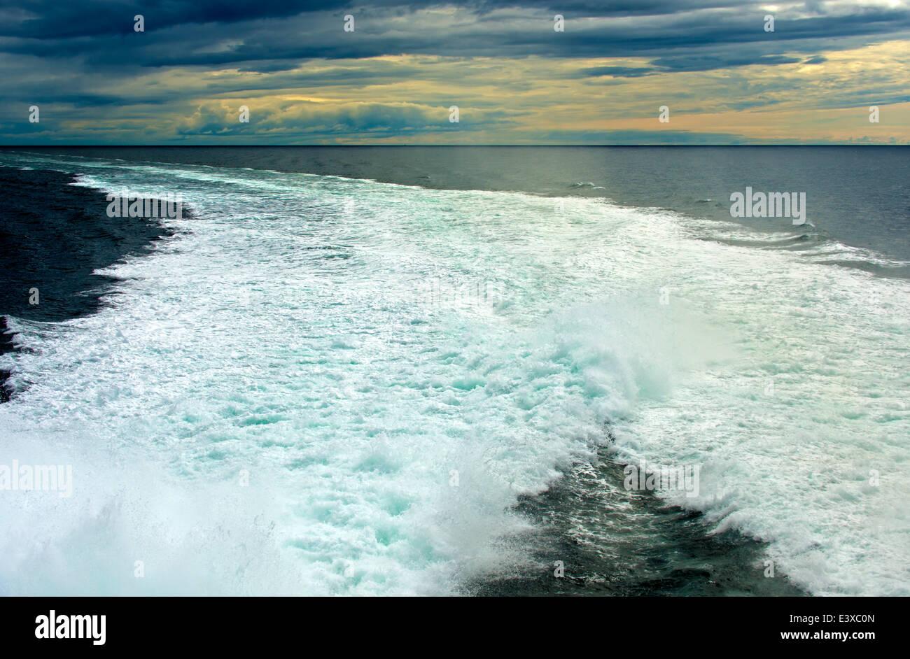 Sprühen Sie auf einem Schiff auf hoher See, bei Sonnenuntergang, Nordsee Stockbild