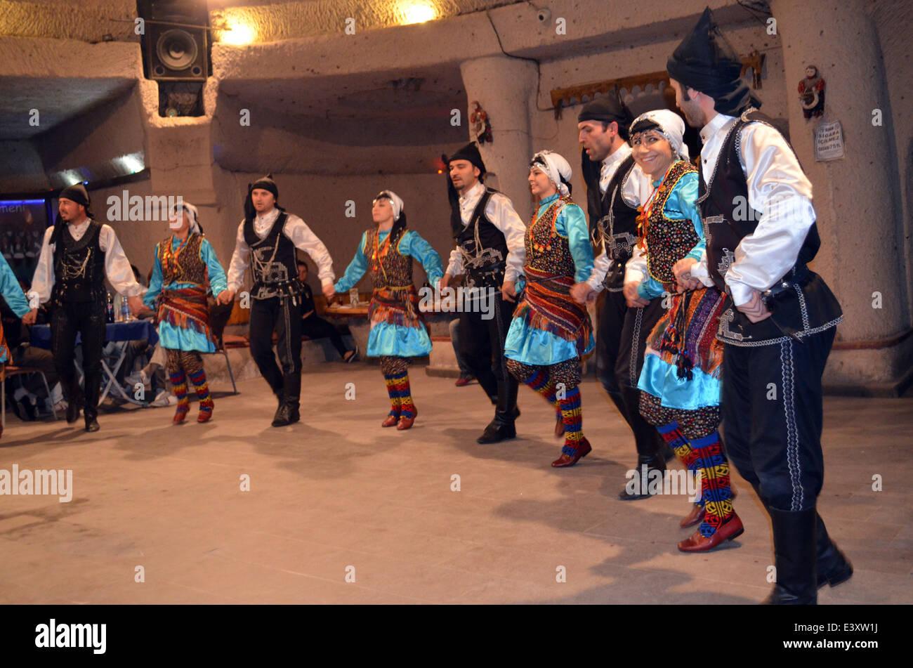 Ein Abend der Dancingand Unterhaltung nach einem Besuch in Thefairy Geschichte Häuser & Kirchen von Cappadocia.They Stockbild