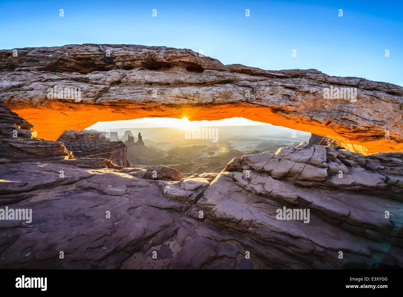 Sonnenaufgang über Mesa arch, Canyonlands, Utah, Vereinigte Staaten von Amerika Stockbild