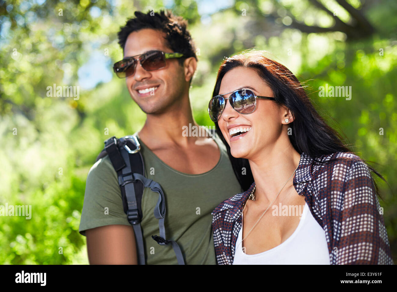 Lächelnde paar in Wäldern Stockbild