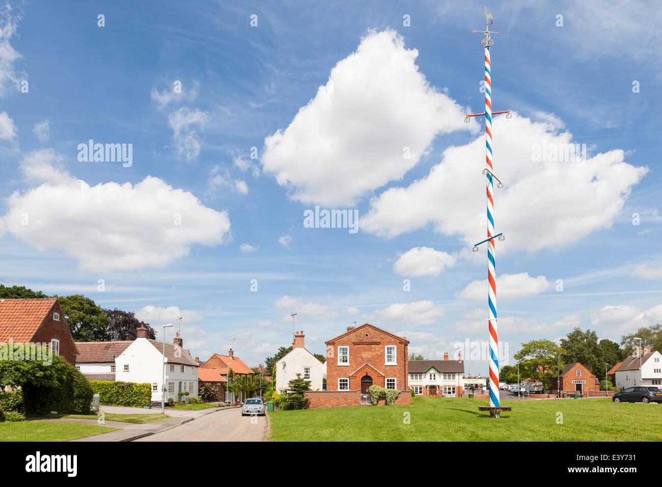 Der Dorfplatz mit Maibaum, Wellow, Nottinghamshire, England, Großbritannien Stockbild