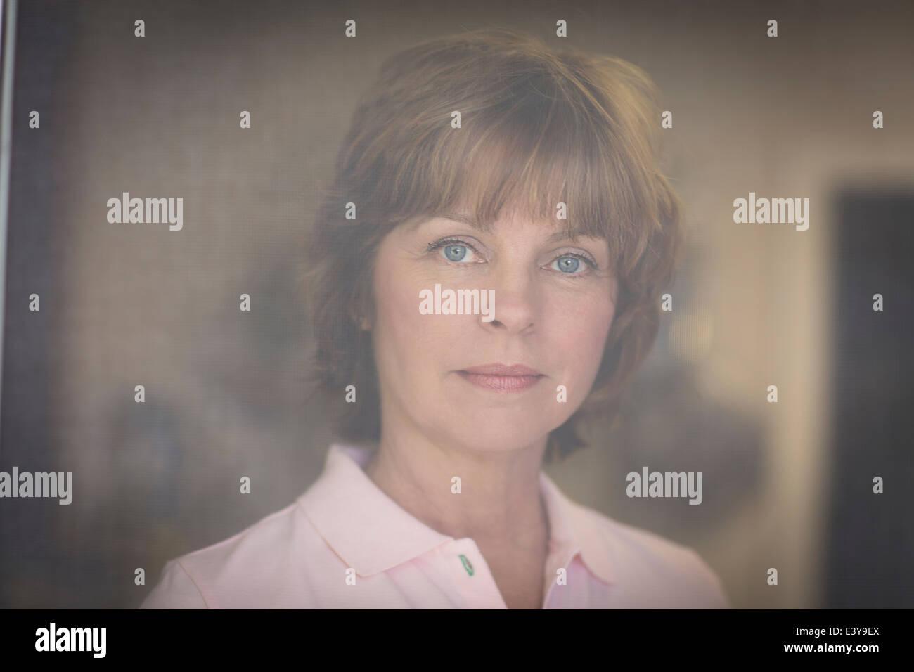 Porträt von Mitte Erwachsene Frau, nachdenklichen Ausdruck Stockbild