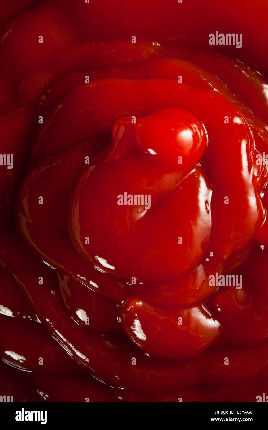 Bio rote Tomaten-Ketchup in eine Schüssel geben Stockbild