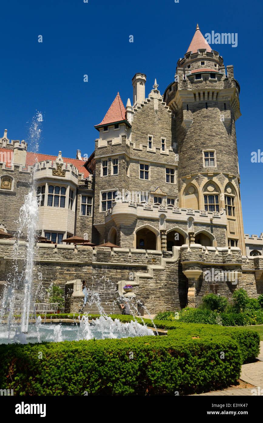 Garten Brunnen und neugotischen Türme von Casa Loma Schloss in Toronto im Sommer Stockbild