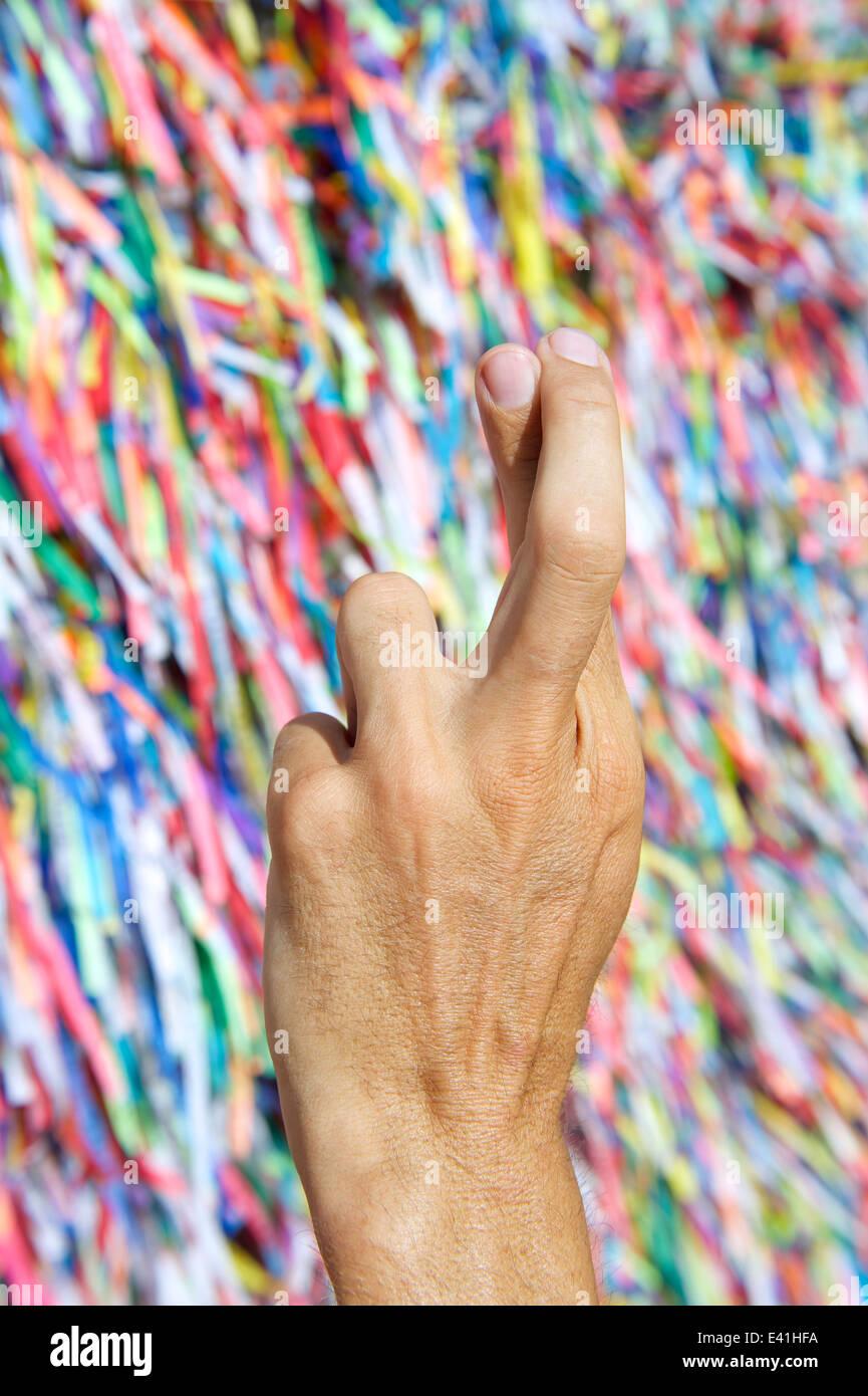 Brasilianische Hand Daumen für Glück vor bunten religiösen ...