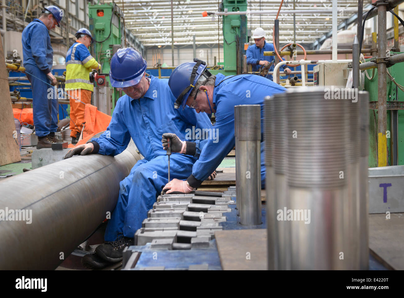 Ingenieure arbeiten an Turbinengehäuse zu reparieren, während Kraftwerk Ausfalls Stockbild
