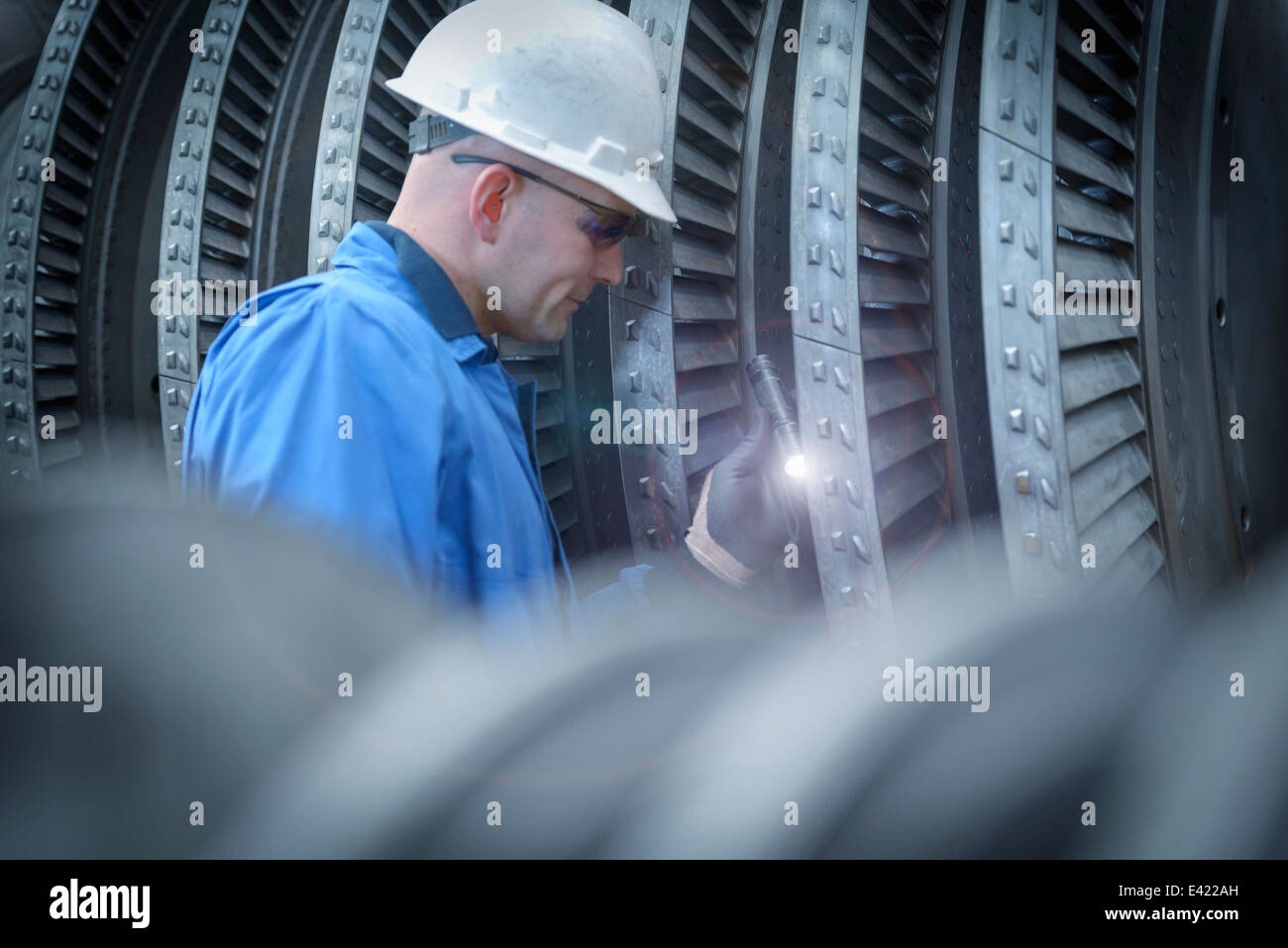 Ingenieur mit Fackel Inspektion Turbine im Kraftwerk Ausfall Stockbild